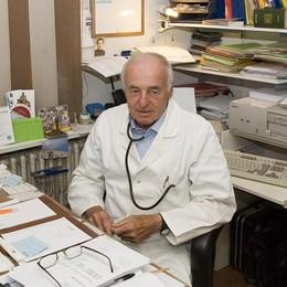 Livigno, medico volontario  vaccina i coetanei a 84 anni
