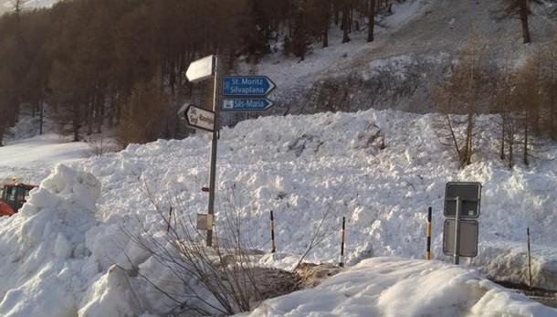 Engadina, la strada chiude  Disagi per i frontalieri