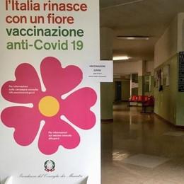 «Vaccinare tutti  per giugno»  Ma l'avvio è a rilento