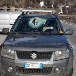 Grigioni, cade sasso sull'auto ferito il conducente italiano