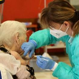 Vaccino senza prenotazione  per gli over 80: il solito caos