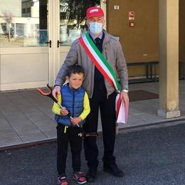 """Leonardo, 4 anni, """"eroe ecologico""""  Raccoglie i rifiuti dai sentieri"""