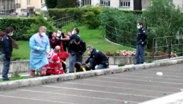 Botte e poliziotti aggrediti  Due arresti per la rissa al bar