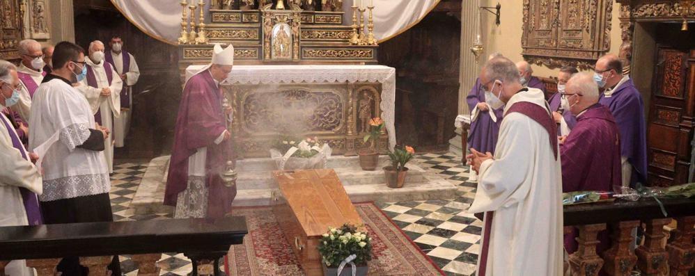 Fedeli riuniti nel dolore   per l'addio a don Attilio