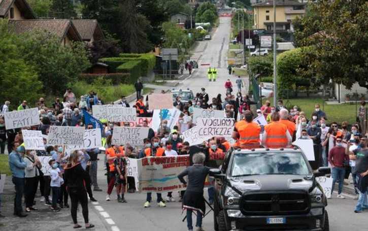Annuncio a sorpresa  durante la protesta  «Traona, sì al ponte nuovo»