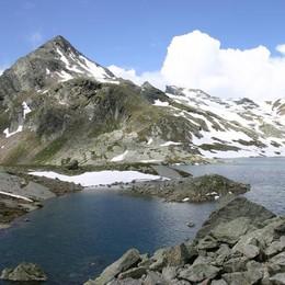 Valanga travolge tre scialpinisti  Ma sono illesi: escono da soli