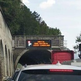 Camion in avaria   e tunnel chiuso  Coda di 4 chilometri
