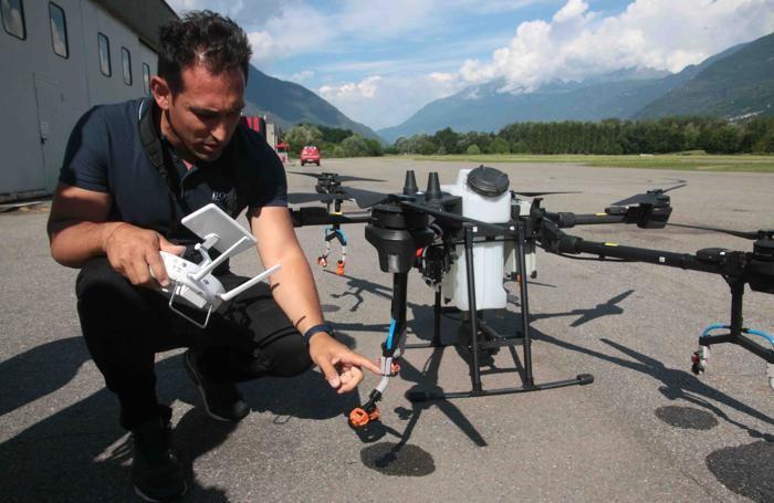 Caiolo dimostrazione irrorazione fogliare della vite tramite utilizzo di drone Luca Triangeli mostra gli ugelli adattati all'irrorazione viti