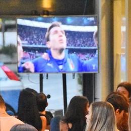 La festa dei tifosi  per l'Italia in finale  Cantando la Carrà
