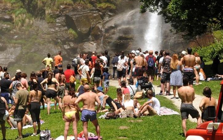 Precipitano alle cascate dell'Acquafraggia a Piuro, una persona morta e una gravissima