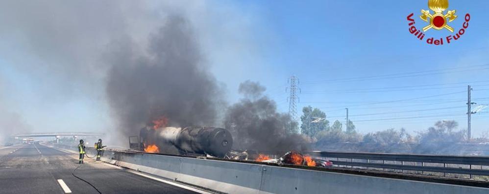 Tragedia sulla A1, esplode cisterna  Morto autostrasportatore di Delebio