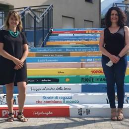 Una scala con i libri  dipinti sui gradini