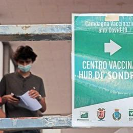 Vaccini, da domani riaprono i centri  Avanti con giovani e 60enni scoperti